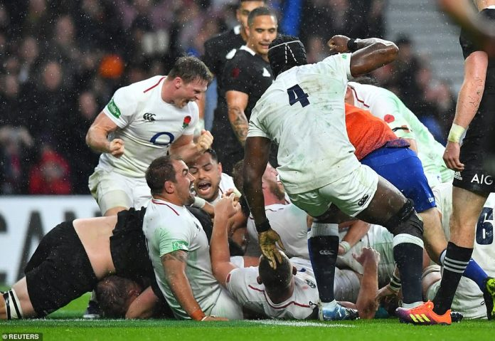 Hartley (Hidden) passed in the first half of the game to extend England's lead in a match against New Zealand