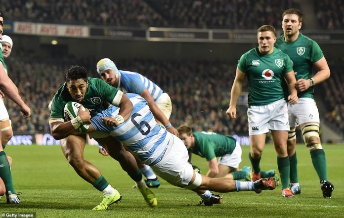 The Irish Bundee Aki shows perseverance as he makes an effort under strong pressure from Argentina