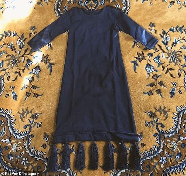 Baby Goth: La maquilleuse mabe a partagé une partie de la nouvelle garde-robe de son bébé, entièrement noire, comme celle de sa mère.
