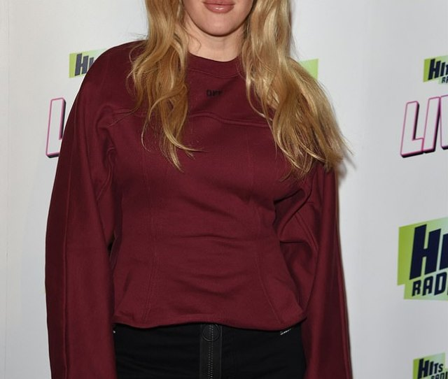 Casual Ellie Goulding Looked Effortlessly Chic In A Burgundy Jumper And Black Shorts