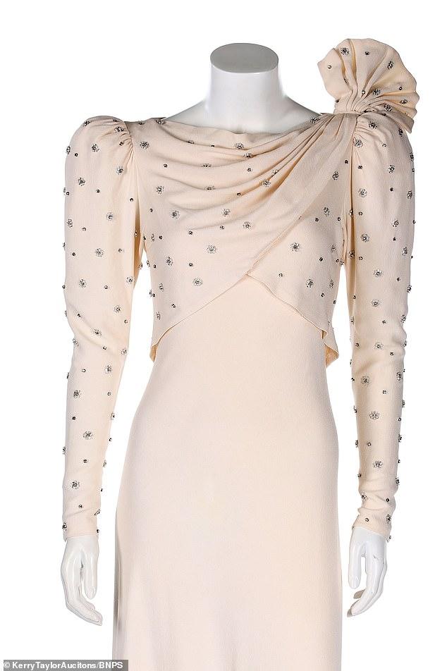 Un vestido llevado por la princesa Diana a un banquete de Bahrein en 1986 saldrá a la venta por 100.000 libras en las subastas de Kerry Taylor en Londres, veinticuatro años después de haber sido comprado en una tienda de segunda mano por solo 200 libras.