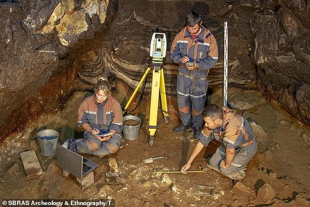 Dentro de la cueva Denisova: un trío de investigadores excavó la galería del sur del sitio, que fue utilizada de forma diversa por Homo sapiens, neandertales y esta tercera rama del hombre