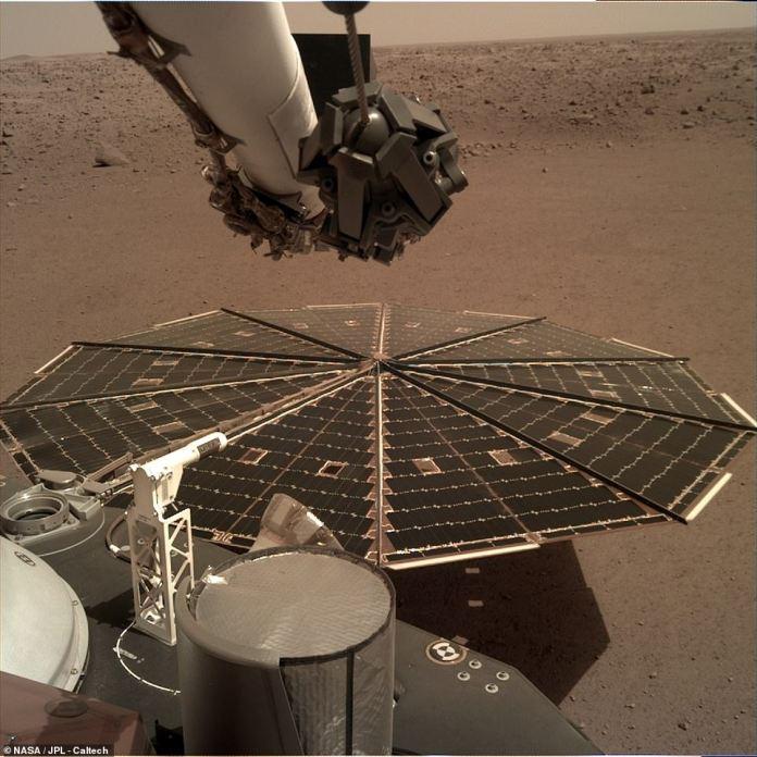 Die Weltraumagentur hat letzte Woche eine Reihe hochauflösender Fotos gezeigt. InSight wird in Kürze Bilder des Geländes direkt davor fangen, sodass das Team den besten Standort auswählen kann, um einen Drilldown durchzuführen. Das Solarpanel, das die Maschine mit Strom versorgt, ist abgebildet