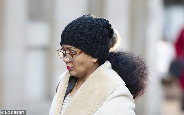 """La Dre Vibha Giri, mère de Poorvi, consultante en obstétrique et gynécologie, a déclaré: """"Toute notre famille a le cœur brisé par la mort de notre brillante et belle fille"""" (le Dr Giri photographié assistant au Birmingham Coroners Court pour l'enquête sur Poorvi)"""