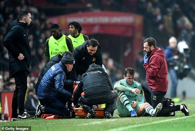 Manteniendo dañado a su cruzado durante la primera mitad del empate 2-2 del Arsenal en Old Trafford