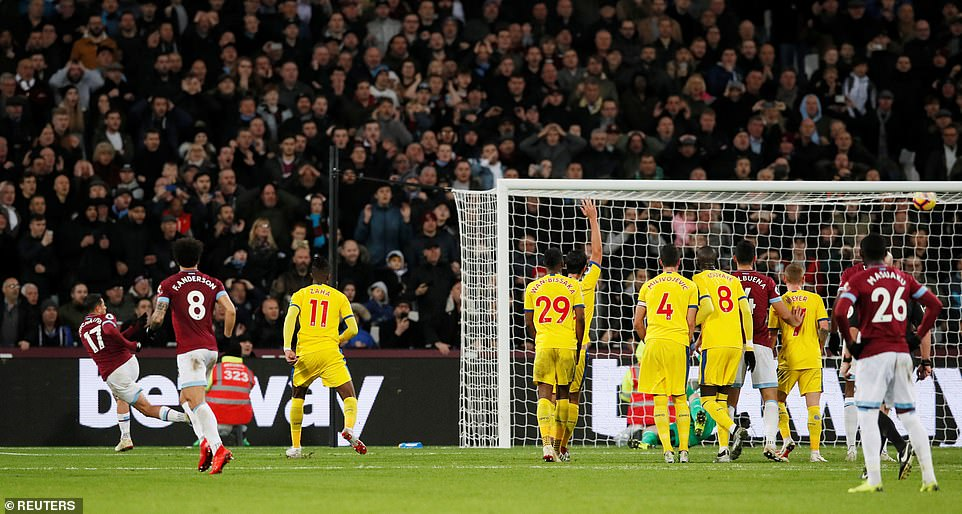 Javier Hernandez then puts the Hammers ahead for the first time in the game with a clear finish from a tight corner