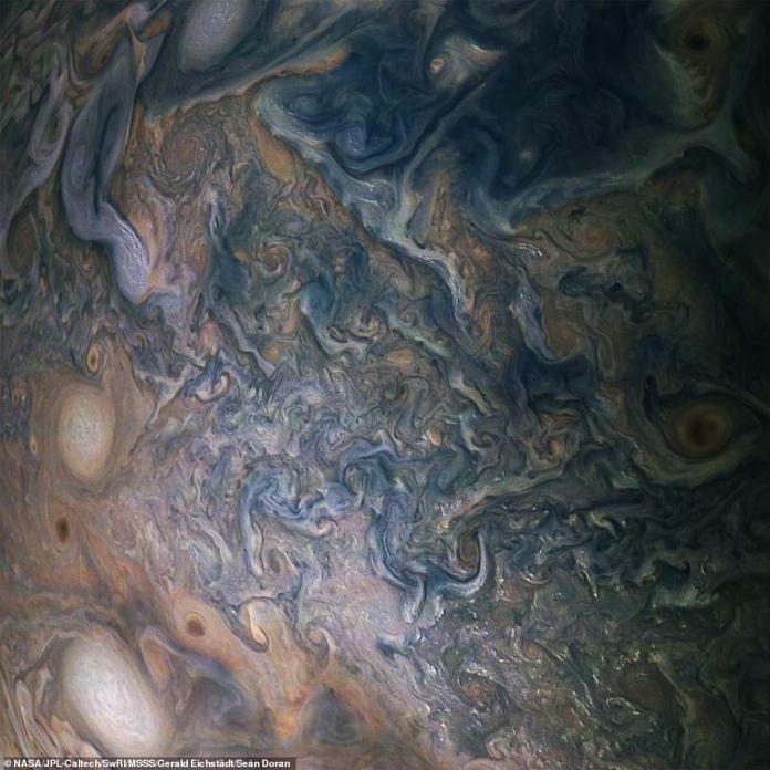 Abgebildet ist eine Vielzahl von hellen, weißen Pop-Up-Stürmen in dieser Jupiter-Wolkenlandschaft, die in diesem Bild von der NASA-Raumsonde Juno dargestellt wird. Kein früheres Raumfahrzeug hat sich so nahe an Jupiter gewendet, obwohl zwei andere durch ihre Atmosphäre in ihre Zerstörung gestürzt wurden