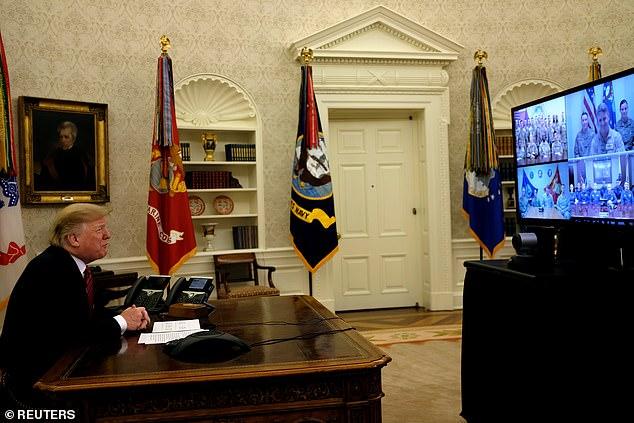 Trump wurde mit einem schönen Feiertag von den Truppen begrüßt, auf die er antwortete, dass das Land stolz auf sie sei. Er ging sofort in die Schließung der Regierung und bekundete erneut seinen Wunsch, seine Mauer bauen zu lassen