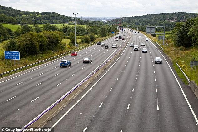 Ein Abschnitt für alle Fahrspuren der intelligenten Autobahn an der M1