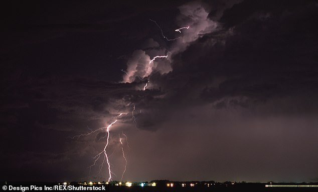 According to these data, lightning fell to 17.8 million in 2018, 11% less than the 10-year average. According to experts, the probable reason for the reduction is that there were less major storms, in the photo, lightning at night over Florida (image)