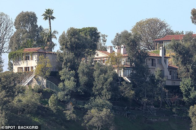 In the picture there is the home of Lauren Sanchez in Beverly Hills. During a shopping trip with girlfriends in the high-end shops Neiman Marcus and Barney's in Beverly Hills, Sanchez would bring home a $ 12,000 shoe bag