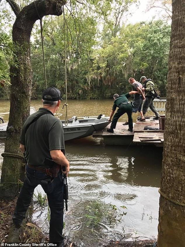Wyatt wurde auf einem Hausboot vor Floridas East River in der Nähe von Tallahassee versteckt