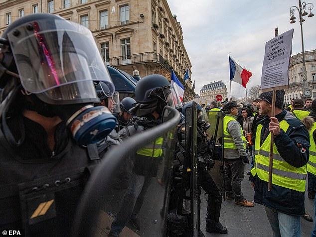 Un portavoz de la Policía Nacional Francesa confirmó que el CRS estaba equipado con H&K G36s el sábado