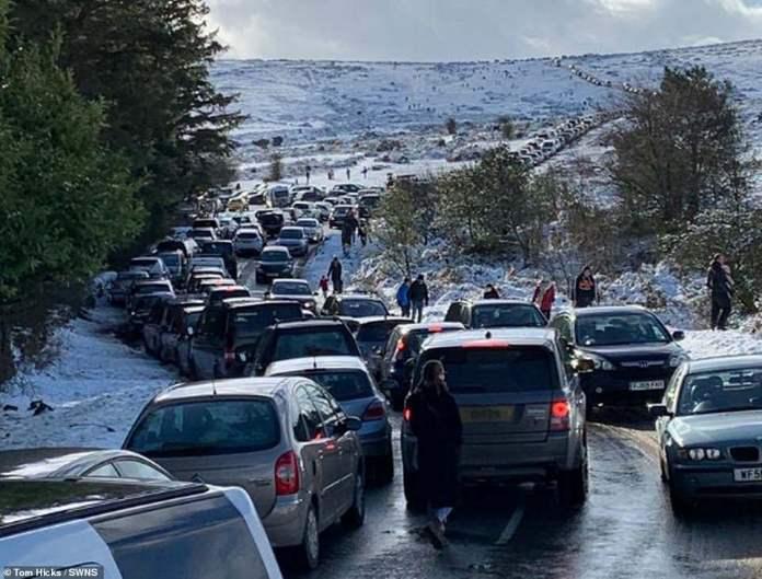Eine der Schlüsselstraßen außerhalb von Plymouth, die am Sonntag von geparkten Autos blockiert wurde, als die Leute losgingen, um Schlitten zu fahren und im Schnee zu spielen
