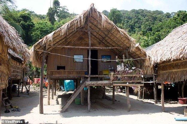 Les Moken construisent leurs maisons sur des poteaux sur les rives afin de rester au-dessus de la surface lorsque la marée monte