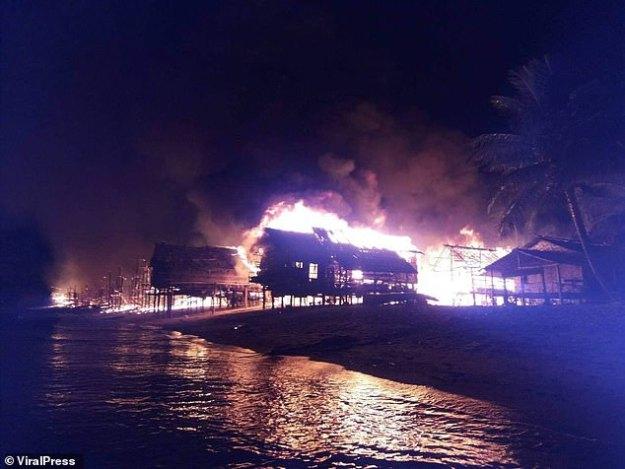 L'incendie s'est rapidement propagé et une soixantaine de maisons de bambou ont été incendiées, forçant des évacuations.