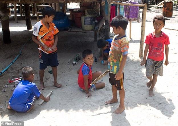 Un groupe d'enfants joue dans un village Moken sur la mer d'Andaman