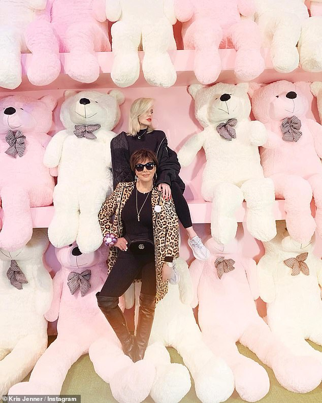 Generations: mother Khloe and grandmother Kris Jenner also participated in the action, posing among the bears of the children