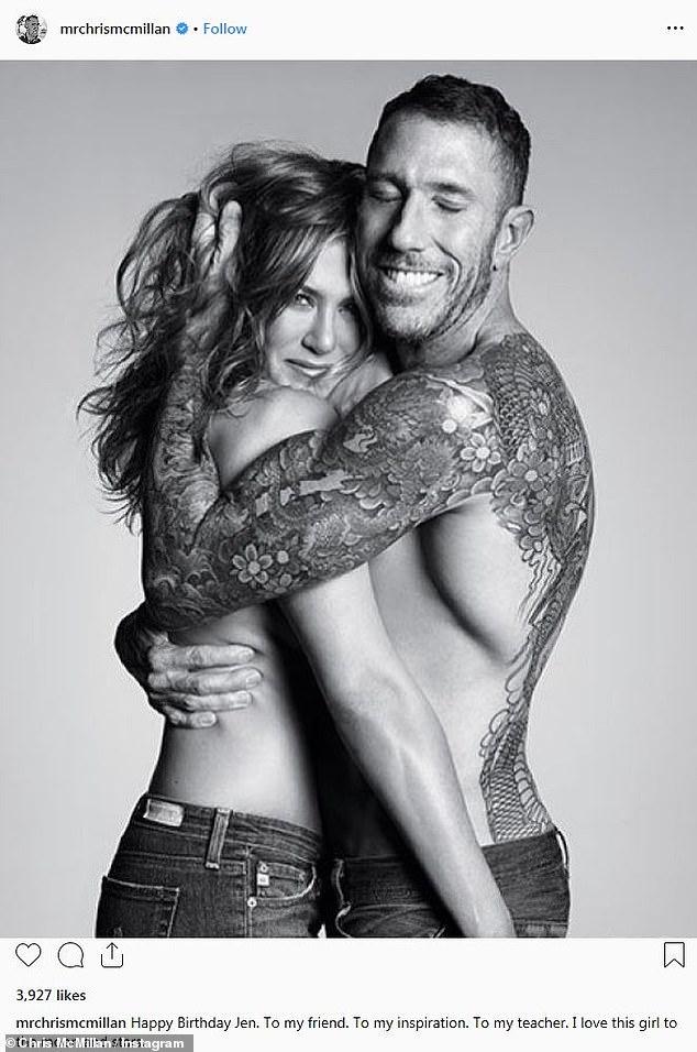 Elle est aimée: sa coiffeuse Chris McMillan a partagé cette image avec une seins nus Jennifer