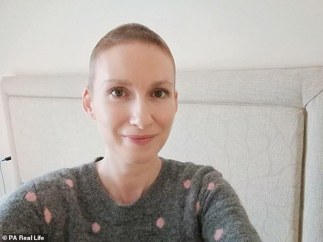Nach den Tests begann Frau Moreton sofort mit der Behandlung - eine sechswöchige Chemotherapie, in der sie isoliert bleiben musste