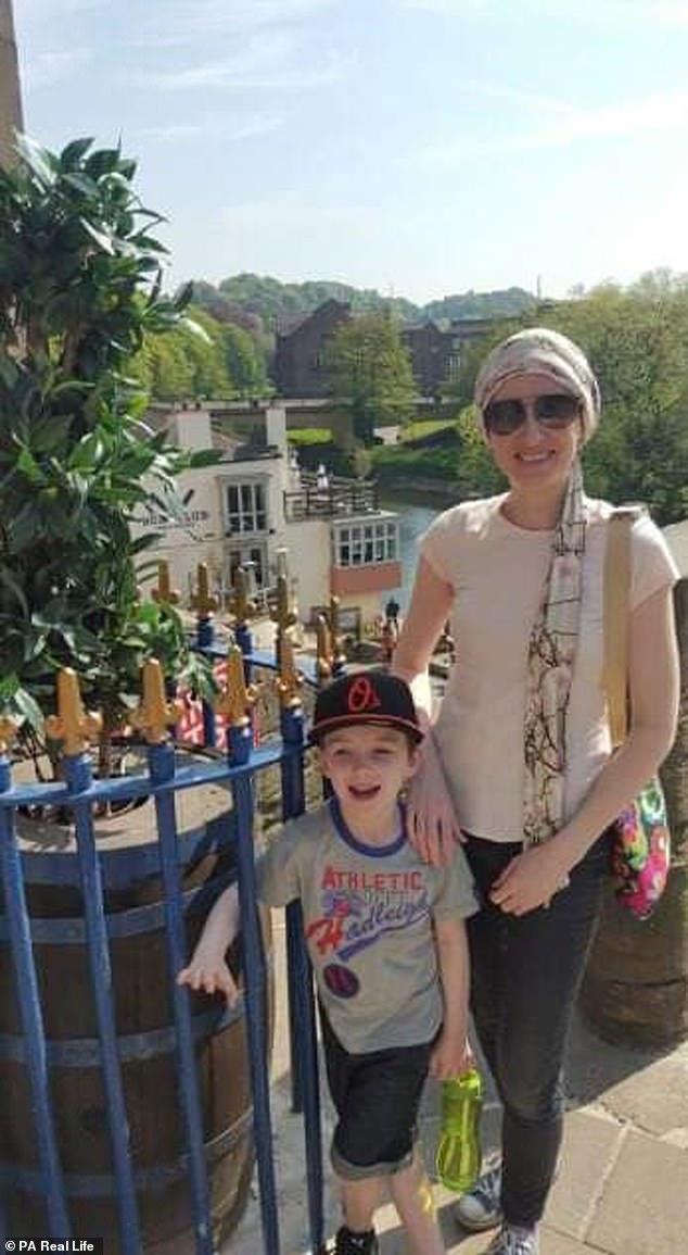 Mrs. Moreton, die während der Behandlung mit ihrem Sohn abgebildet wurde, sagte, dass sie innerhalb von 48 Stunden behandelt werden müsste und nicht in der Lage war, nach Hause zurückzukehren