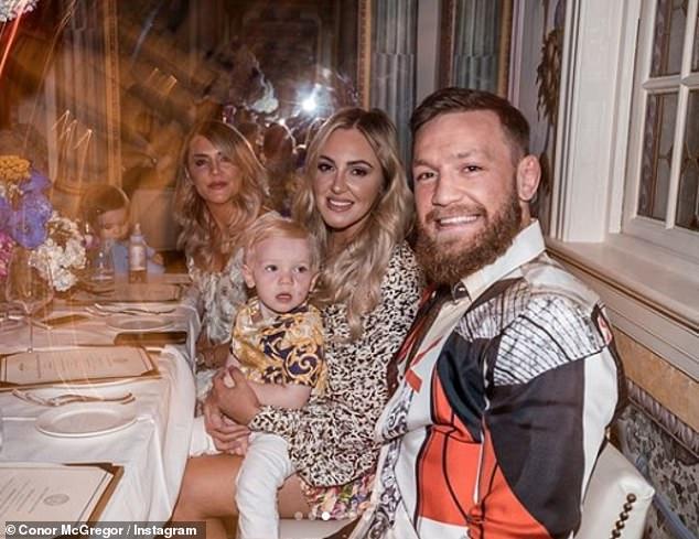 Doting Son: Conor McGregor warf seiner Mutter Margaret am Dienstag in der Versace Mansion in Miami eine verschwenderische Feier zum 60. Geburtstag