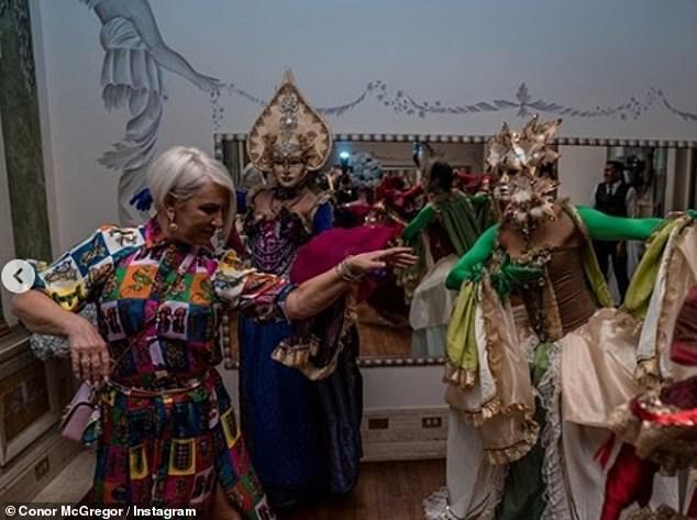 Sie hat die Züge! Während der Feierlichkeiten wurde Margaret von einer Reihe kunstvoll gekleideter Tänzerinnen zu einem Karnevalstanz gezwungen, während die ganze Familie zuschaute