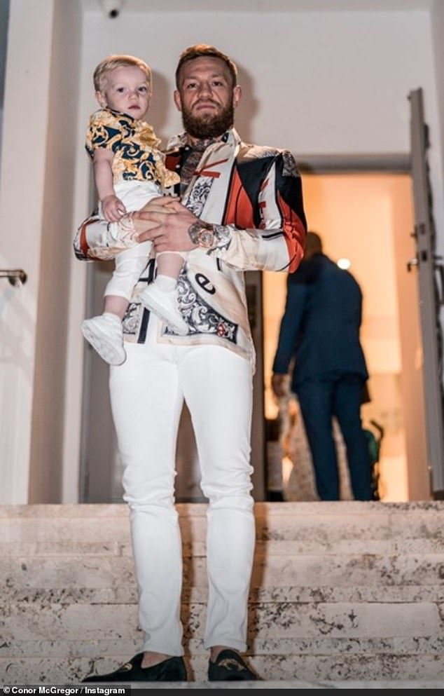 Stolzer Vater: Auf einem Foto strahlte der Stern vor Glück, als er seinen Sohn Conor Jr (19 Monate) auf den Stufen der Villa schmiegte