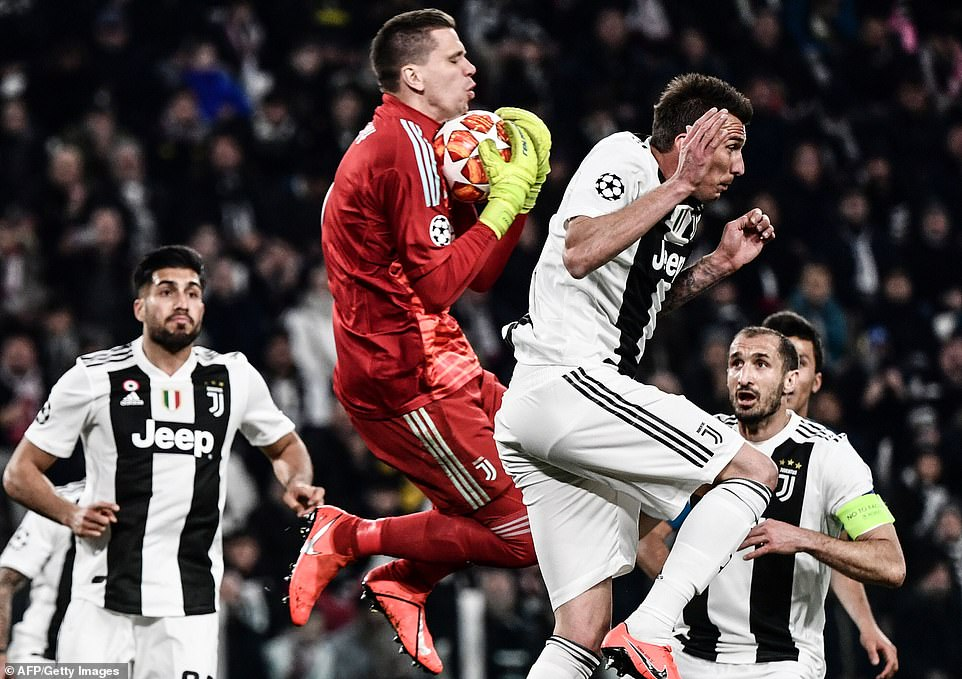 Juventus striker Mario Mandzukic leaves the ball for team-mate and goalkeeper Wojciech Szczesny to claim