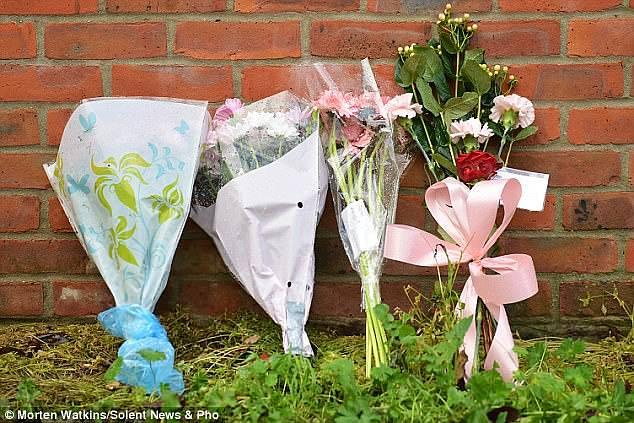 Hommages à la fillette de trois ans laissée à l'extérieur de la maison familiale. Elle a été trouvée par sa grand-mère