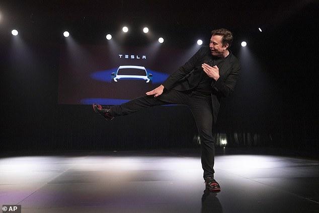 El director ejecutivo de Tesla, Elon Musk, reveló el Modelo Y de la compañía el jueves, pero cuando un fanático gritó que le gustaban sus zapatos, el multimillonario hizo una plantilla para mostrar su costumbre hecha Jordan 1