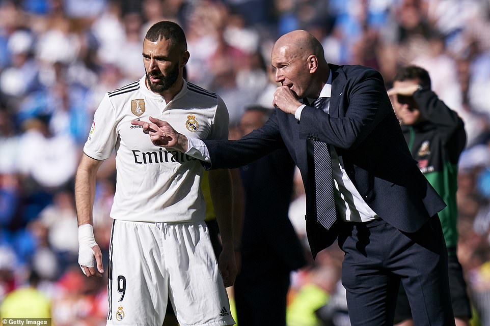Zidane gives forwardBenzema instructions on the sidelines during the league match against Celta Vigo on Saturday