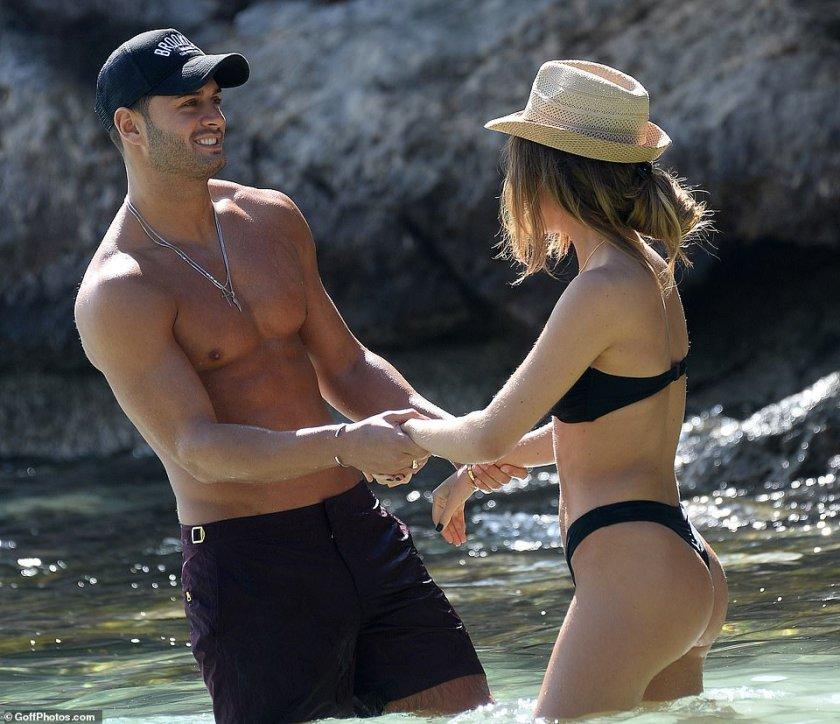 El ex futbolista disfrutó de una relación de siete meses con Megan McKenna (fotografiada en una escapada en Tenerife) después de su paso por Celebs Go Dating