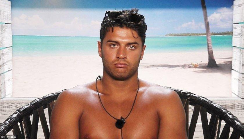 """Mike (en la foto de arriba) saltó a la fama después de su paso por la exitosa serie de ITV Love Island, que muestra a un grupo de solteros que intentan """"unirse"""" para ganar un premio en efectivo."""