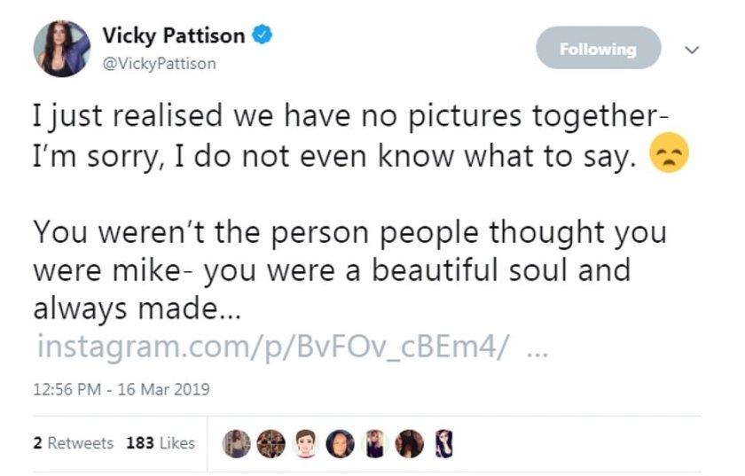 """Vicky Pattison tuiteó sus condolencias y dijo que Mike había sido un """"alma hermosa"""" y dijo que sus pensamientos estaban con su familia."""