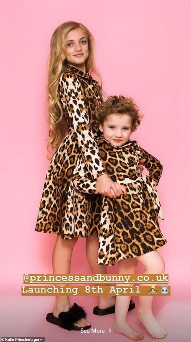 Modelado: aunque Katie ha demostrado que puede encajar en los atuendos, ella ha usado a sus hijos para liderar la marca (en la foto, Princess, 11, y Bunny, cinco)