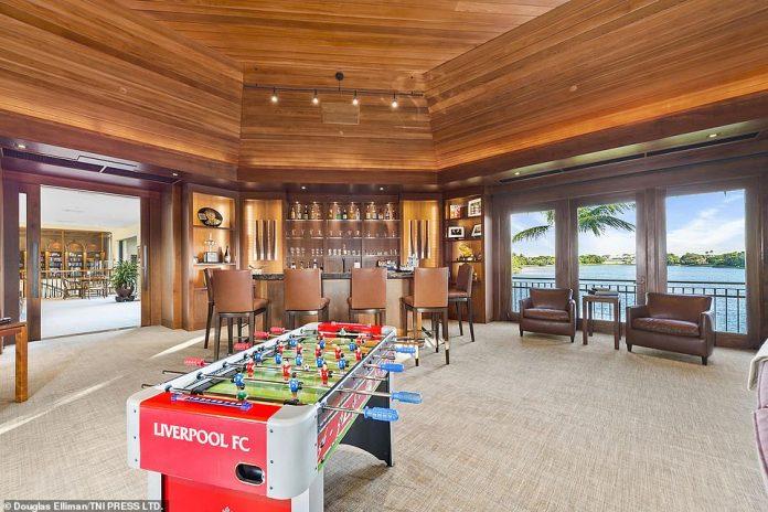 Die Immobilie kostet jetzt 15 Millionen US-Dollar für den Kauf und Bilder zeigen, dass Henry ein Tischfussball-Set aus Liverpool hat