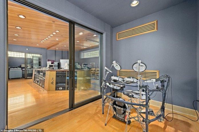 Das luxuriöse Anwesen mit sieben Schlafzimmern verfügt unter anderem über ein eigenes Tonstudio