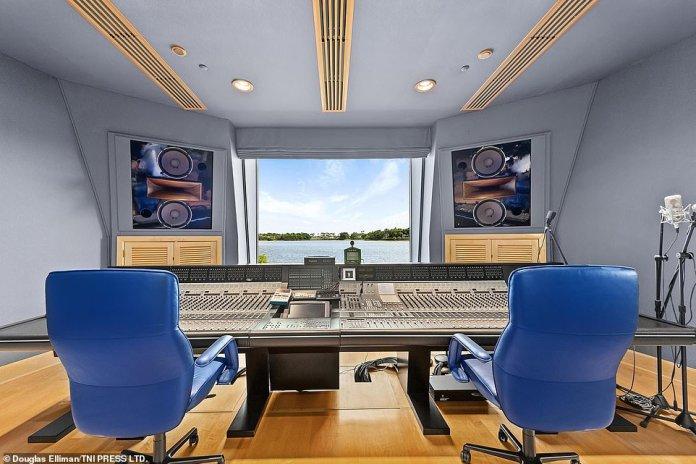 Vom Aufnahmestudio in Henrys Villa in Florida aus haben Sie einen Blick auf das umgebende Wasser
