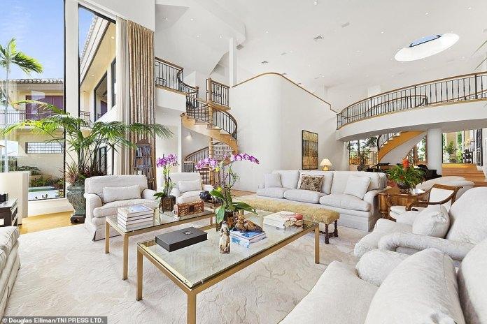 Auf der Hauptebene verfügt das Haus über ein Foyer mit einer geschwungenen Treppe und einem zweistöckigen Wohnzimmer