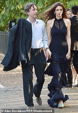 Rose (en la foto con su esposo David) ha tenido una multitud de admiradores aristocráticos. Estaba vinculada con lord Freddie Windsor, lord John Somerset y el nieto de lord Lambton, Fred, de quien se rumoreaba que estaba comprometida