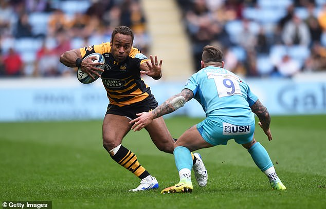 Gaby Lovobalavu of Wasps is challenged by Francois Hougaard of Worcester Warriors