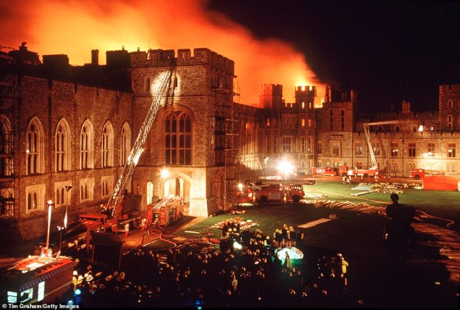 The fire in Paris also has echoes of the devastating Windsor Castle fire on November 20, 1992 (dozens of firefighters at the scene)