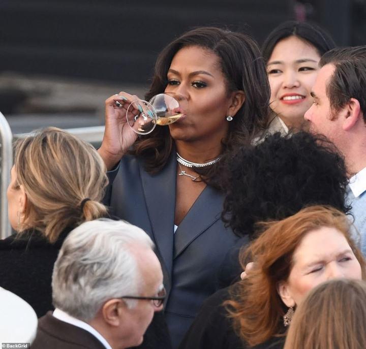 Elle a été photographiée en sirotant du vin sur le toit du bateau de luxe comme ils ont navigué passé, les monuments emblématiques de Paris