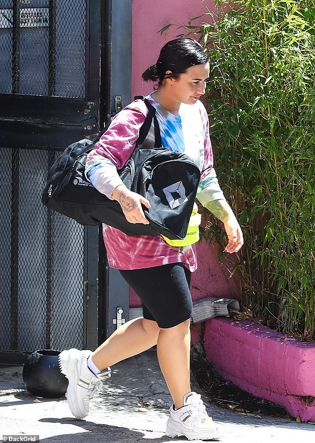The 26-year-old singer wore a tie-dye top and some cropped leggings for the boxing session