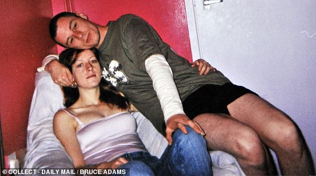 Joanna Dennehy im Jahr 2004 mit John Treanor. John verließ ihn schließlich, nachdem sie bei sich zu Hause ein Messer in den Teppich gestochen hatte
