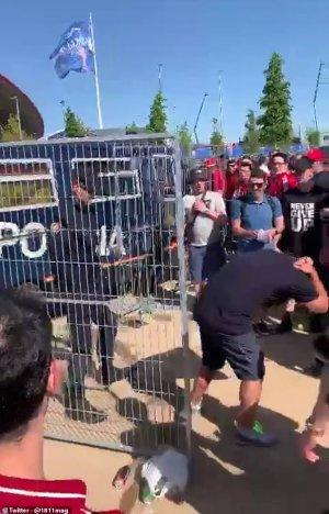 الشرطة الإسبانية تضرب مشجعي ليفربول