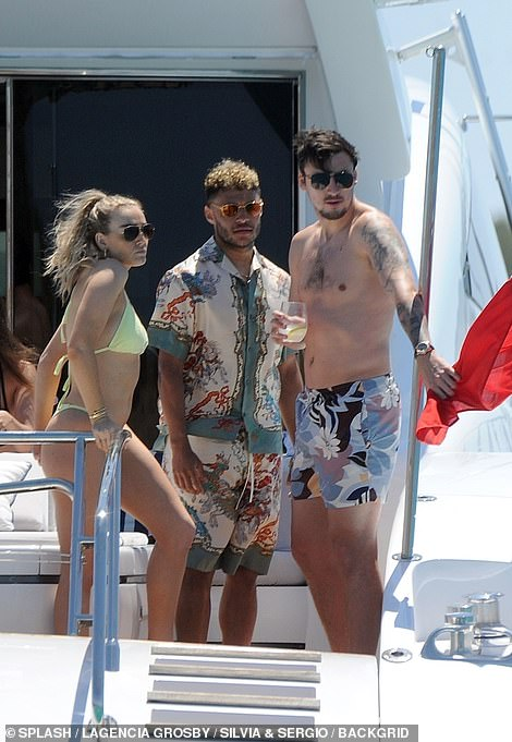 dd394197685653 Chilling: Perrie looked like she was at peace as she took time off from her