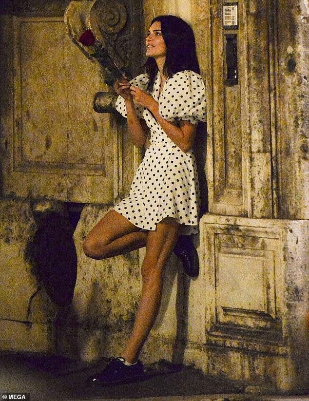 Une vision: la jolie robe portefeuille soulignait la silhouette élancée de Kendall lorsqu'elle quittait le restaurant italien