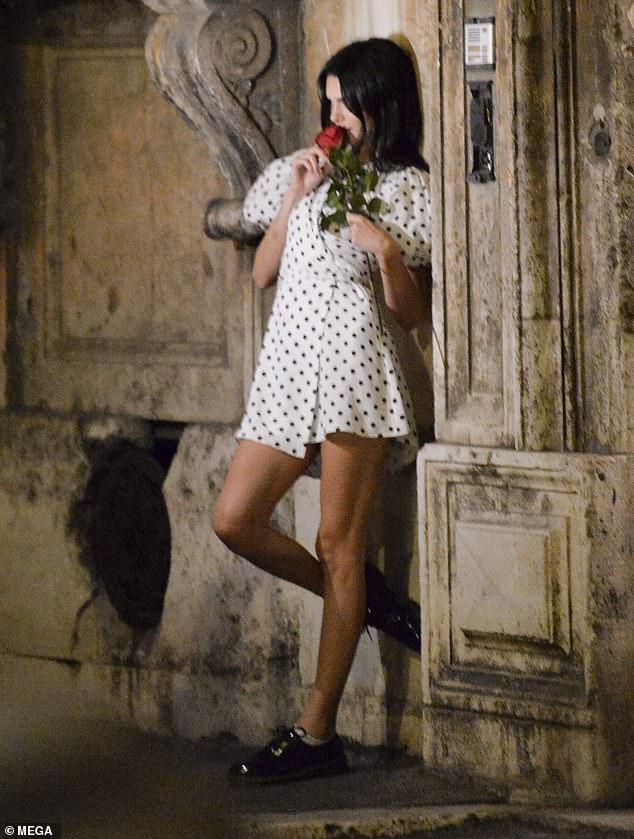 Pro: Kendall a prouvé que lorsqu'elle clique sur un objectif, elle peut passer à l'action en se collant contre le mur pour la caméra.